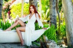 Muchacha hermosa joven en el vestido blanco en una isla tropical fotografía de archivo libre de regalías