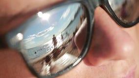 Muchacha hermosa joven en gafas de sol Reflexión de la playa Concepto de día de fiesta en el mar metrajes