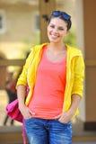 Muchacha hermosa joven en la calle en ropa casual Fotos de archivo