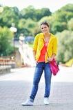 Muchacha hermosa joven en la calle en ropa casual Fotografía de archivo