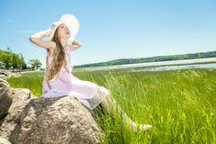 Muchacha hermosa joven en la playa Foto de archivo libre de regalías