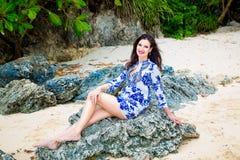Muchacha hermosa joven en la playa de una isla tropical Verano v Foto de archivo libre de regalías