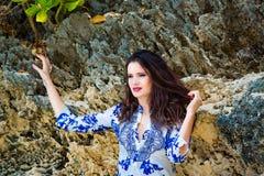 Muchacha hermosa joven en la playa de una isla tropical Verano v Fotos de archivo
