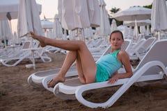 Muchacha hermosa joven en la playa que mira hacia fuera al mar Imagen de archivo