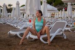 Muchacha hermosa joven en la playa que mira hacia fuera al mar Imágenes de archivo libres de regalías