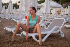 Muchacha hermosa joven en la playa que mira hacia fuera al mar Fotos de archivo libres de regalías