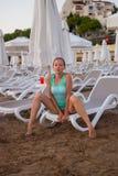 Muchacha hermosa joven en la playa que mira hacia fuera al mar Fotos de archivo
