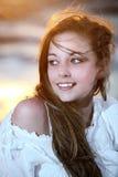 Muchacha hermosa joven en la puesta del sol Foto de archivo