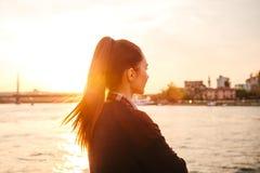 Muchacha hermosa joven en la puesta del sol al lado del Bosphorus en el fondo de Estambul Turquía Resto, vacaciones Imagen de archivo