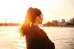 Muchacha hermosa joven en la puesta del sol al lado del Bosphorus en el fondo de Estambul Turquía Resto, vacaciones Foto de archivo
