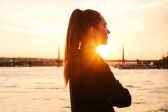 Muchacha hermosa joven en la puesta del sol al lado del Bosphorus en el fondo de Estambul Turquía Resto, vacaciones Imagen de archivo libre de regalías
