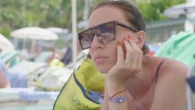 Muchacha hermosa joven en la reflexi?n de la playa de las gafas de sol Concepto de d?a de fiesta en el mar almacen de video
