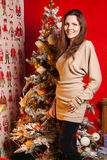 Muchacha hermosa joven en las decoraciones del Año Nuevo en el fondo del papel pintado con la gente colorida Fotografía de archivo libre de regalías