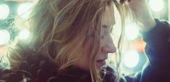 Muchacha hermosa joven en las luces Imagen de archivo