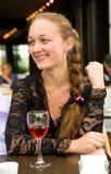 Muchacha hermosa joven en un café fotografía de archivo libre de regalías