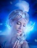 Muchacha hermosa joven en un vestido blanco con las alas en la playa Fotografía de archivo libre de regalías