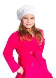 Muchacha hermosa joven en una boina y una capa roja Fotos de archivo