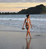 Muchacha hermosa joven en una playa. Foto de archivo