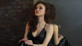 Muchacha hermosa joven en vestido de noche negro metrajes