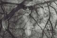 Muchacha hermosa joven en vidrios negros con el lápiz labial oscuro Imagen de archivo libre de regalías