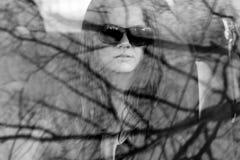 Muchacha hermosa joven en vidrios negros con el lápiz labial oscuro Foto de archivo
