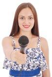 Muchacha hermosa joven feliz que canta con el micrófono Imagen de archivo libre de regalías