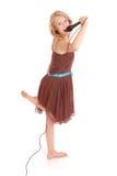 Muchacha hermosa joven feliz que canta con el micrófono Fotografía de archivo
