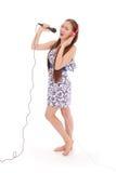 Muchacha hermosa joven feliz que canta con el micrófono Fotografía de archivo libre de regalías