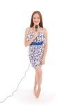 Muchacha hermosa joven feliz que canta con el micrófono Fotos de archivo libres de regalías