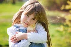 Muchacha hermosa joven, jugando con el pequeño polluelo recién nacido en el p fotos de archivo