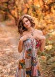 Muchacha hermosa joven que camina en bosque del otoño Fotografía de archivo