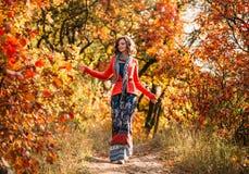 Muchacha hermosa joven que camina en bosque del otoño Imágenes de archivo libres de regalías