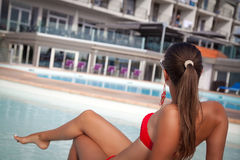 Muchacha hermosa joven que descansa en la piscina Imagen de archivo