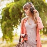 Muchacha hermosa joven que escucha el reproductor Mp3 Fotografía de archivo libre de regalías