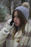 Muchacha hermosa joven que habla en un teléfono móvil Imagenes de archivo