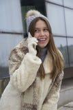 Muchacha hermosa joven que habla en un teléfono móvil Foto de archivo