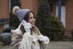Muchacha hermosa joven que habla en un teléfono móvil Fotos de archivo libres de regalías