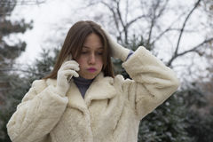 Muchacha hermosa joven que habla en un teléfono móvil Imagen de archivo