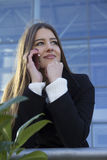 Muchacha hermosa joven que habla en un teléfono móvil Fotografía de archivo