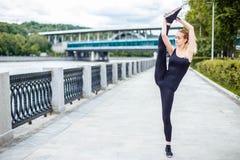Muchacha hermosa joven que hace ejercicios gimnásticos al aire libre Imágenes de archivo libres de regalías