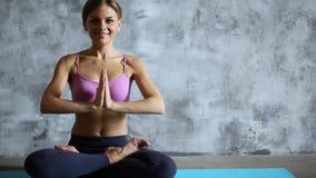 Muchacha hermosa joven que hace yoga dentro almacen de metraje de vídeo