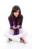 Muchacha hermosa joven que invita al teléfono celular Imágenes de archivo libres de regalías