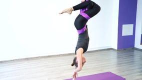 Muchacha hermosa joven que practica yoga aérea en gimnasio almacen de metraje de vídeo