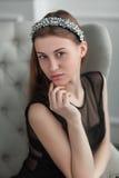 Muchacha hermosa joven que presenta en el estudio interior Imagen de archivo