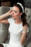 Muchacha hermosa joven que presenta en el estudio interior Fotografía de archivo libre de regalías