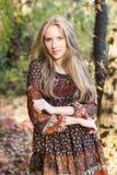 Muchacha hermosa joven que presenta en el parque, retrato del otoño Fotos de archivo