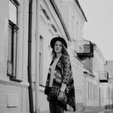 Muchacha hermosa joven que presenta en la calle Imagen de archivo libre de regalías