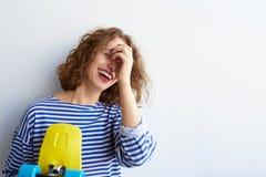 Muchacha hermosa joven que se divierte y que oculta su cara Foto de archivo libre de regalías