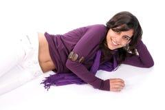 Muchacha hermosa joven que se inclina en una mano Fotos de archivo libres de regalías