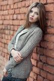 Muchacha hermosa joven que se opone a la pared Fotos de archivo libres de regalías